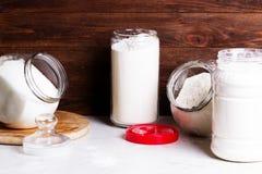 Farinha e outros utensílios da cozinha O conceito de saudável simples Foto de Stock