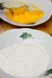 Farinha e yolk de ovo de mistura imagem de stock