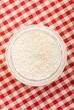 Farinha em tablecloth checkered fotografia de stock royalty free