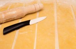 Farinha, faca, pino do rolo e massa rolada Imagens de Stock Royalty Free