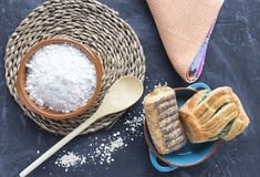 Farinha no prato da argila com massa folhada imagem de stock