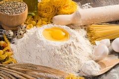 Farinha, ovos, ainda-vida do trigo Fotografia de Stock Royalty Free