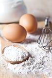 Farinha, ovos e utensílio da cozinha imagem de stock