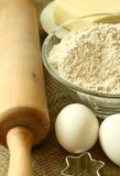 Farinha, petróleo, ovos e pino do rolo no despedida Imagem de Stock