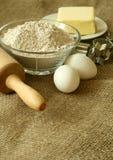 Farinha, petróleo, ovos e pino do rolo no despedida Fotos de Stock