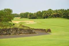 Farled & bunker i den härliga golfbanan som omges av träd Royaltyfria Bilder