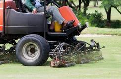 Farled för klipp för maskin för gräsklippningsmaskin för manarbetarridning Fotografering för Bildbyråer