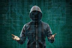 Farlig en hacker över abstrakt digital bakgrund med binär kod Fördunklad mörk framsida i maskering och huv Datatjuv royaltyfri fotografi