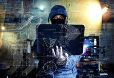 Farlig en hacker som stjäler data - begrepp för industriellt spionage Royaltyfri Fotografi