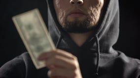 Farlig gangster som rymmer pengar i m?rkt rum fulla av r?k, betalning f?r brott royaltyfria foton