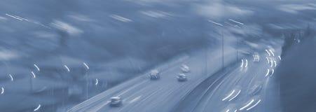 Farlig huvudväg för abstrakt suddig bil som kör på våt regnig och dimmig dag Regniga och dimmiga villkor på huvudvägen bakgrundsb Royaltyfri Foto