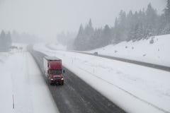 Farlig körning, snö-täckt mellanstatlig huvudväg Royaltyfri Bild