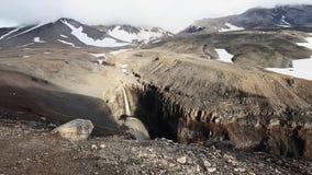 Farlig kanjon, vattenfall på den Vulkannaya floden Mutnovsky vulkan kamchatka arkivfilmer