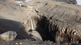 Farlig kanjon, vattenfall på den Vulkannaya floden Mutnovsky vulkan kamchatka lager videofilmer