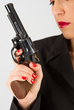 Farlig kvinna i svart med den stora handeldvapnet Royaltyfri Bild