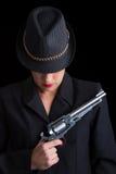 Farlig kvinna i svart med silverhandeldvapnet Royaltyfri Fotografi