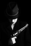 Farlig kvinna i svart med silverhandeldvapnet Arkivfoto