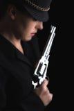 Farlig kvinna i svart med silverhandeldvapnet Royaltyfria Bilder