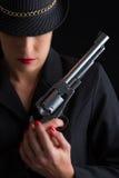 Farlig kvinna i svart med silverhandeldvapnet Arkivbild