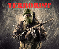 Farlig maskerad och beväpnad man med terroristtecknet på grungy bac royaltyfri bild