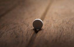 Farlig preventivpiller för stilleben på mörk wood bakgrund Royaltyfri Foto