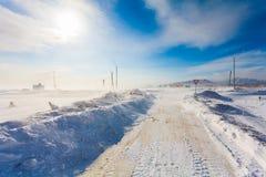 Farlig snöa väg med vägmärken för körning av bilar och av kollektivtrafik under häftig snöstorm Fotografering för Bildbyråer