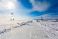 Farlig snöa väg med vägmärken för körning av bilar och av kollektivtrafik under häftig snöstorm royaltyfri fotografi