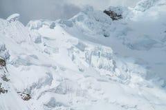 Farlig snöberglutning Arkivbilder