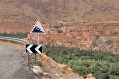 Farlig väg i berg för en kartbok Royaltyfria Bilder