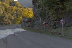 Farlig väg på klippan Arkivfoton
