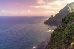 Farliga steniga klippor som är ojämna till havet Fotografering för Bildbyråer