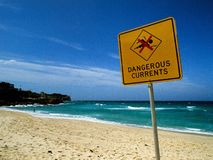 Farliga strömmar undertecknar på den Bronte stranden, Australien Royaltyfria Bilder