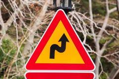 Farliga vänd, tecken för triangelvarningstrafik Royaltyfria Foton