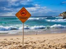 Farligt aktuellt varnande tecken på den Bondi stranden, Sydney, Australien royaltyfri fotografi