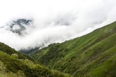 Farligt bergpasserande Abano 2926 M i Georgia, Tusheti på morgonmisten arkivbild