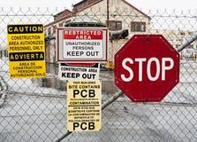 farligt område håller ut tecken till varning arkivfoto