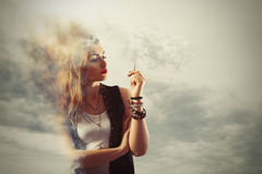 Farligt röka royaltyfria bilder