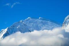 Farligt snömaximum i moln Arkivfoton