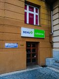 Farmácia, cruz verde, venda das drogas em Praga foto de stock