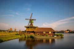 Farm houses and windmills of Zaanse Schans stock photography