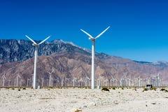 Farm wiatrowych turbiny wytwarzają władzę blisko palm springs, Kalifornia, obraz stock