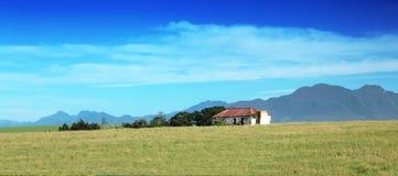 FARMA NA wzgórzu PRZECIW CHMURNEMU niebu Obrazy Royalty Free