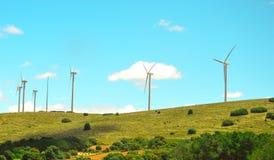Farma wiatrowa w górzystym terenie w Hiszpania obraz stock