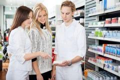 Farmacéutico Assisting Female Shopper Imagenes de archivo