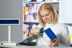 Farmacéutico atractivo Foto de archivo libre de regalías