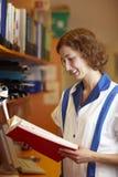Farmacéutico con el libro de consulta imagen de archivo libre de regalías
