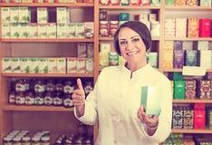 Farmacéutico de la mujer en tienda Imágenes de archivo libres de regalías