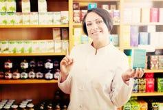 Farmacéutico de la mujer en tienda Foto de archivo libre de regalías