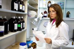 Farmacéutico de la mujer que trabaja en laboratorio Imágenes de archivo libres de regalías