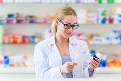 Farmacéutico de sexo femenino foto de archivo libre de regalías